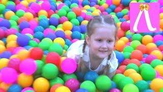 Детская площадка в парке аттракционов,  много шариков, батуты,  игры для детей // Kids Show Лапотуша